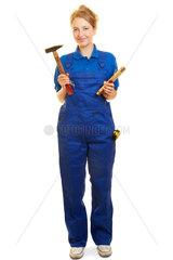 Frau im Blaumann als Handwerker mit Werkzeug