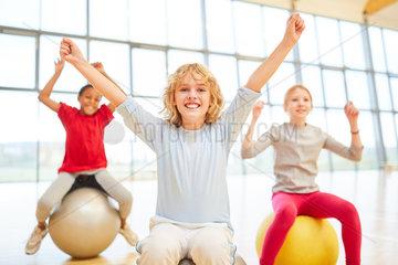 Jubelnde Gruppe Kinder im Sportunterricht