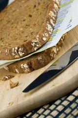 Brotscheiben mit Seiten eines Lernbuches dazwischen