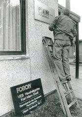 Schilderwechsel  Neueigentuemer bei FORON  Chemnitz  DDR  August 1990