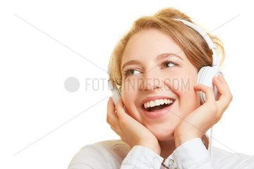 Frau hoert Musik oder Podcast ueber Kopfhoerer