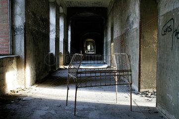 Beelitz-Heilstaetten  Deutschland  verlassener Flur mit Bettgestell im ehemaligen Sanatorium Beelitz-Heilstaetten