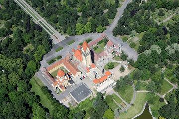 Leipzig  Deutschland  Luftaufnahme der Kapellenanlage des Suedfriedhofs