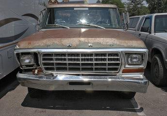 Santa Fe  USA  Kuehlergrill und Motorhaube eines Ford Pick-up