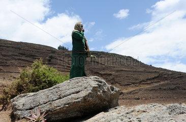 Mangudo  Aethiopien  eine Frau steht auf einem Felsen und schaut in die Weite