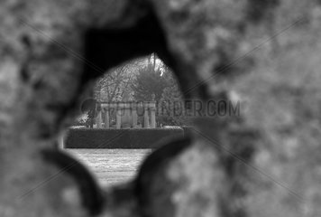 Berlin  Deutschland  Loch in der ehemaligen Grenzmauer an der Gedenkstaette Berliner Mauer