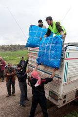 Assaharia  Syrien  die Freie Syrische Armee verteilt Zelte an Fluechtlinge