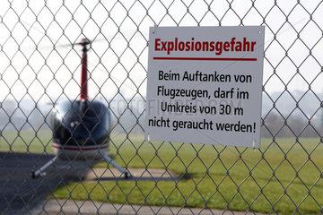 Beromuenster  Schweiz  Schild -Explosionsgefahr- am Zaun eines Flugplatzes