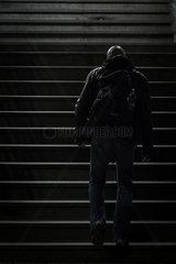 Mann in der Berliner U-Bahn bei Nacht