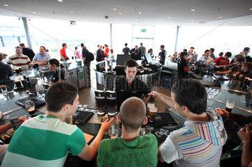 Dublin  Irland  Blick in die Gravity Bar der Guinnesbrauerei