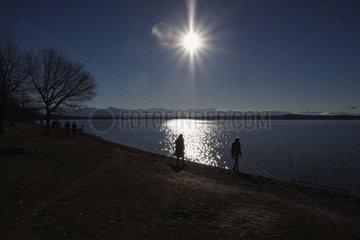 Spaziergaenger am Starnberger See