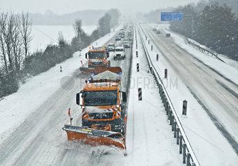 Schneeraeumfahrzeuge auf der Autobahn