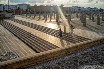 Rabat  Marokko  Besucher bei den Ruinen der Grossen Moschee