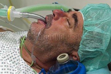 Patient liegt in Vollnarkose und wird mit einer Larynxmaske maschinell beatmet