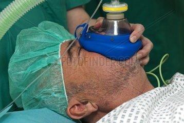 Patient wird im Rahmen einer Vollnarkose manuell beatmet