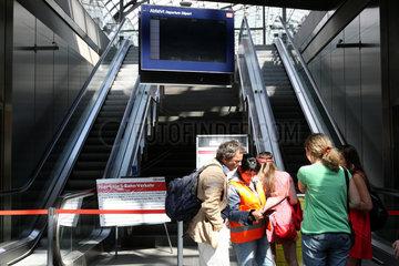 Berlin  Deutschland  ratlose Reisende am S-Bahnhof - kein S-Bahn-Verkehr