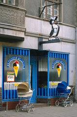 Eisdiele Pinguin mit Kunden-Fahrzeugen