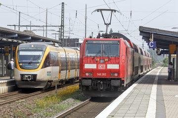 Regionalexpress Zug der Deutschen Bahn und Zug der Eurobahn