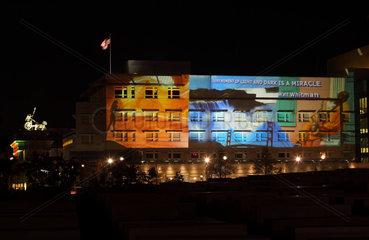 Berlin  Deutschland  die US-Botschaft waehrend des Festival of Lights 2012