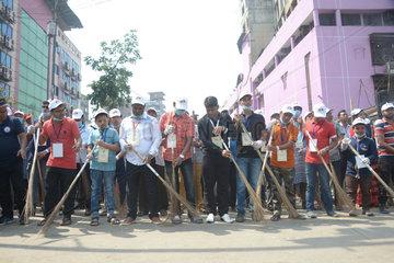 BANGLADESH-DHAKA-CLEANING-GUINESS-RECORD