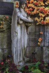 Berlin  Deutschland  Marienfigur auf einem Grab auf dem Friedhof Grunewald