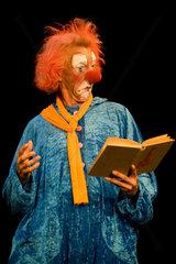 Dresden  Deutschland  ein Clown liest ein Buch im Rahmen der Vorstellung Faust ohne Worte