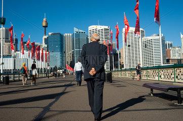 Sydney  Australien  Fussgaenger auf der Pyrmont-Bruecke