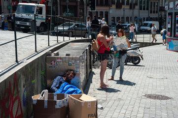 Porto  Portugal  Touristen und die Armut