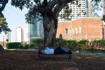 Sydney  Australien  Ein Mann schlaeft im Sydney Observatory Park