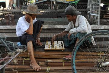 Yangon  Myanmar  Schachspieler in Dala
