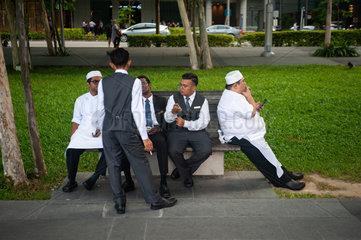 Republik Singapur  Angestellte machen in Marina Bay eine Pause