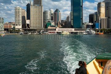 Sydney  Australien  Frau auf der Faehre nach Manly