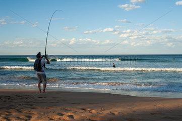 Sydney  Australien  Ein Angler am Strand von Manly