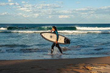 Sydney  Australien  Surferin am Strand von Manly