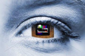Viereckiges Frauenauge mit Fernseh Testbild  Bildmontage