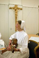 Heitersheim  Deutschland  eine Schwester spielt Gitarre bei einer Namensfeier