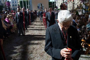 Sevilla  Spanien  ein alter Mann einer Bruderschaft setzt eine Kerze ab