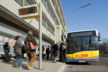 Berlin  Deutschland  BVG-Haltestelle Turmstrasse mit Flughafenexpress TXL