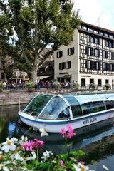 Strassburg  Frankreich  Ausflugsschiff auf der Ill