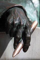 Budapest  Ungarn  Skulptur  Hand haelt einen Stift