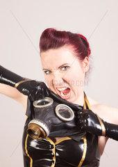 Frau im Latexkostuem mit Gasmaske