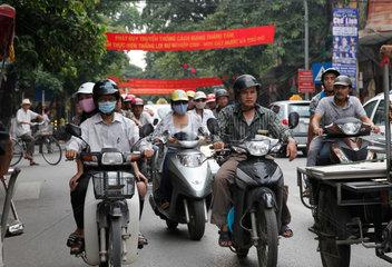 Hanoi  Vietnam  Mopedfahrer auf der Strasse