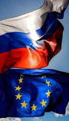 Berlin  Deutschland  Flagge der Russischen Foederation und Europaflagge wehen im Wind