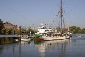 Schiffsanlegestelle in Finkenwerder  Hamburg  Deutschland