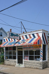 Boston  USA  ein Friseurladen mit auffaelliger Fassade in einem Vorort von Boston