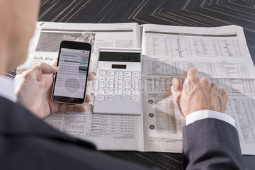 Using smartphone and newspaper to monitor stock performance