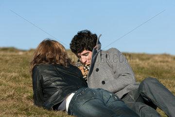 Metzeral  Frankreich  ein junges Paar geniesst die Sonne auf dem Hohneck