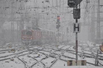 Schneegestoeber  Hauptbahnhof in Koeln  Nordrhein-Westfalen  Deutschland  Europa