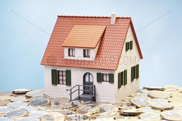 Architekturmodell und Euromuenzen