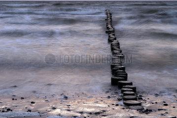 Hiddensee  Deutschland  Wellenbrecher am Strand bei Kloster